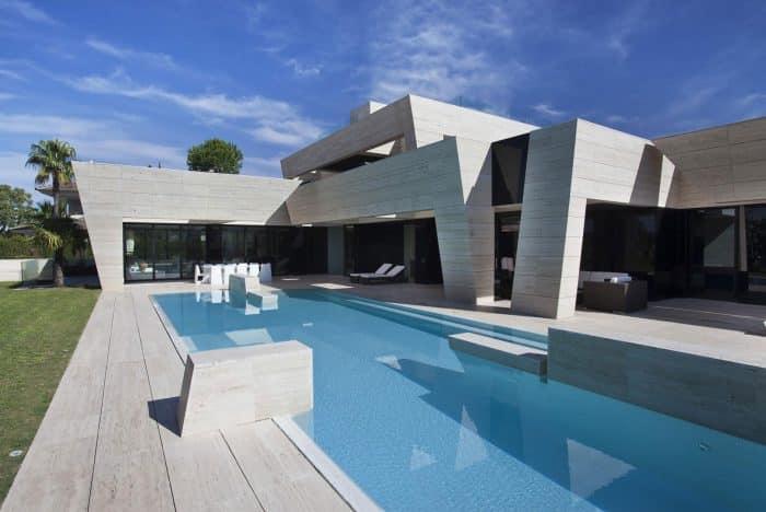 Rumah asimetris dengan kolam renang besar