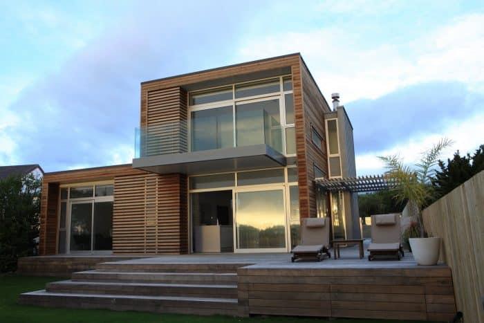 Rumah modern dan minimalis dengan warna hangat