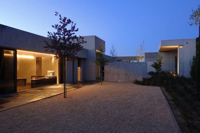 Rumah modern dengan tema warna monokrom