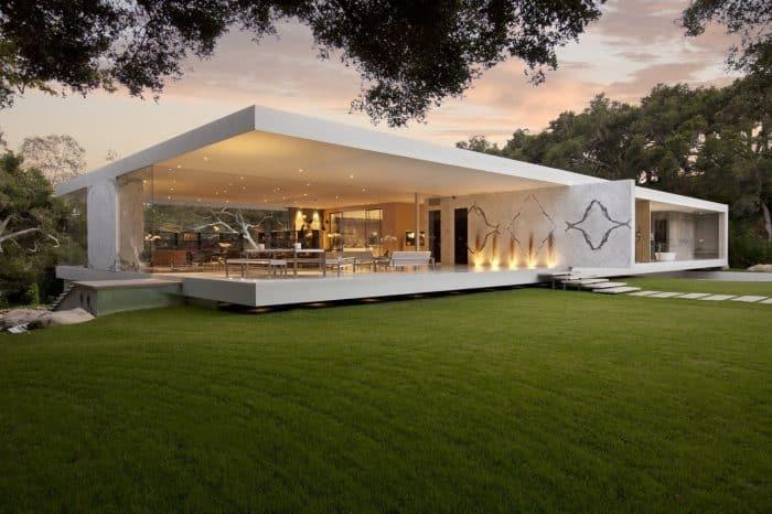 Rumah modern lapang dengan halaman