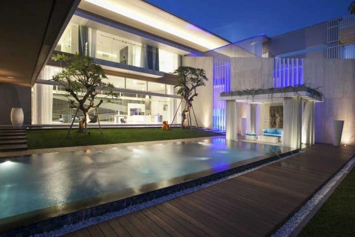 Rumah modern mewah dengan kolam renang pribadi