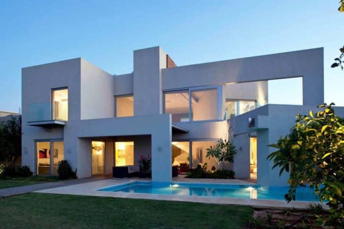 Rumah simetris dengan kolam renang